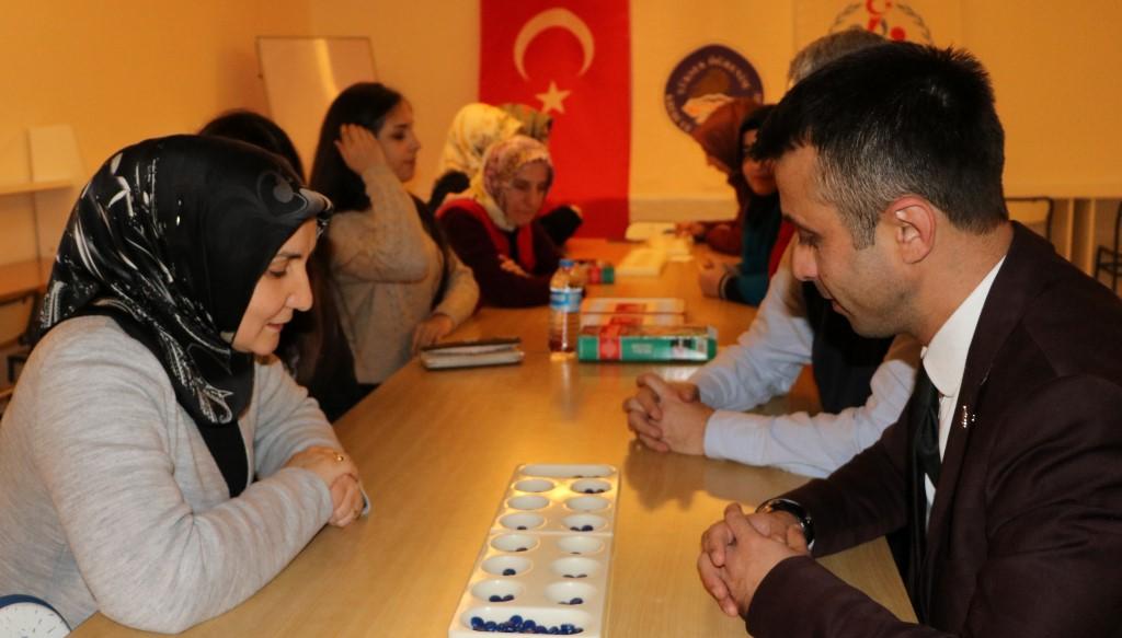 Sakarya Gençlik Hizmetleri ve Spor İl Müdürü Fatih Çelikel, Rahime Sultan Yurt Müdürü Hacer Albayrak'la mangala oynadı