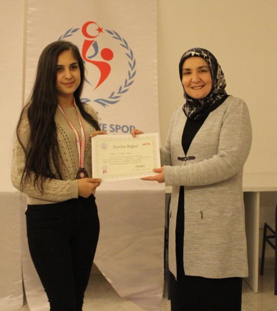 Rahime Sultan Kız Öğrenci Yurdu Yurt Müdürü Hacer Albayrak başarılı olan öğrencilere ödüllerini verdi.