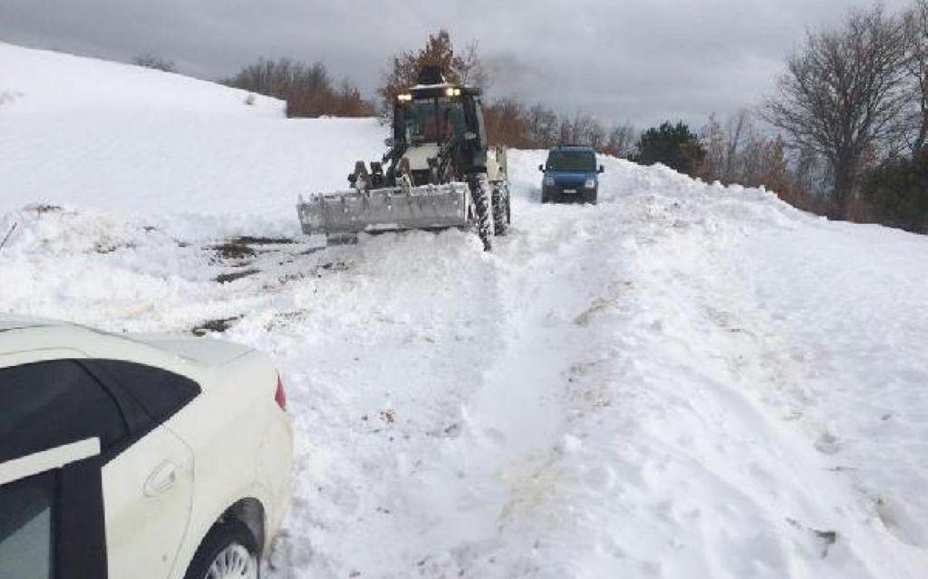 Karla kaplı yolda mahsur kalan 2 kişi kurtarıldı