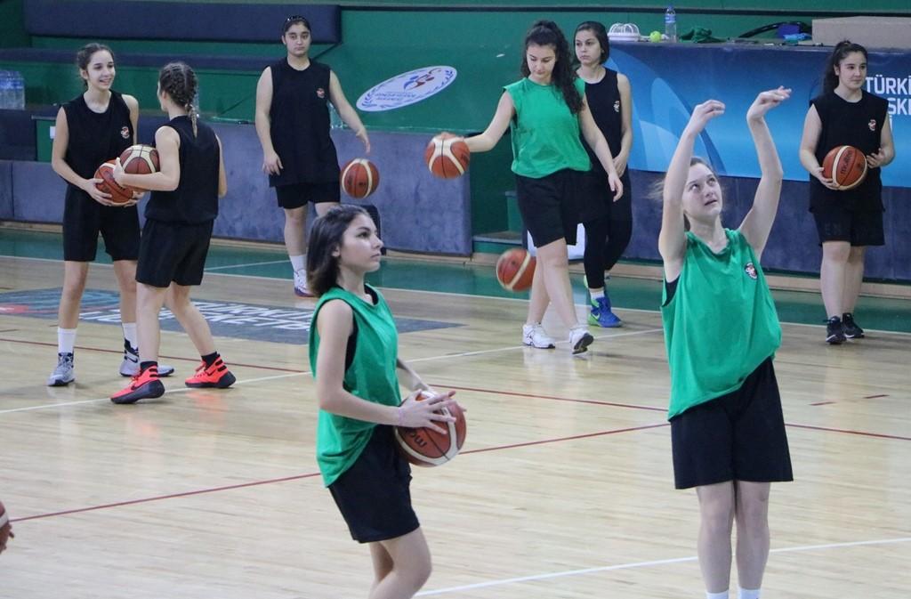 Basketbolculara Çelikel Süprizi
