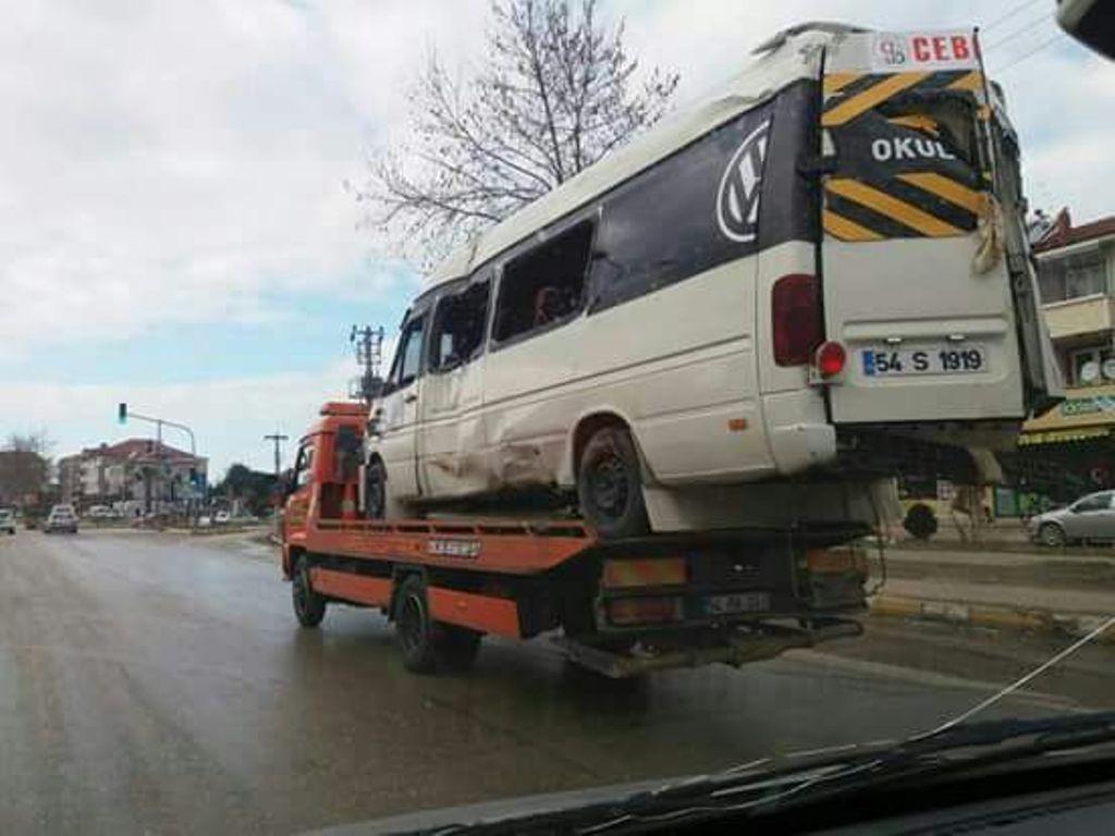 Servis aracı jandarma aracının üzerine devrildi: 1 yaralı