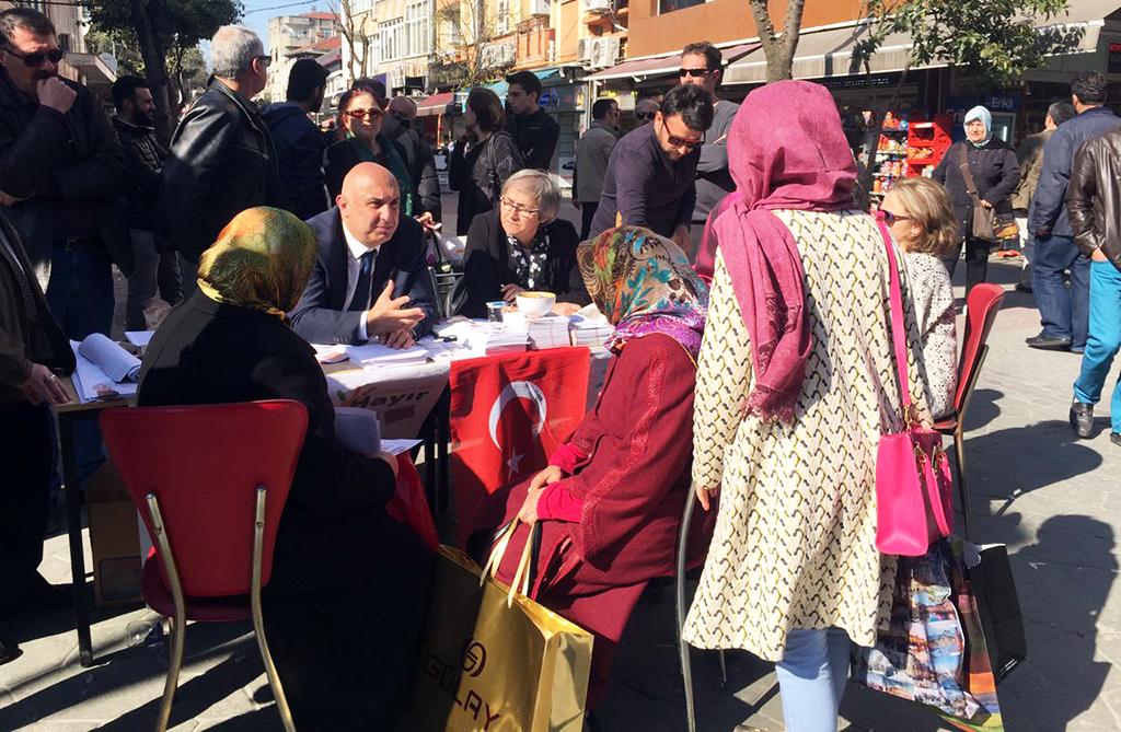 """Engin Özkoç """"Hayır Masası""""nda vatandaşla birebir görüşüyor"""