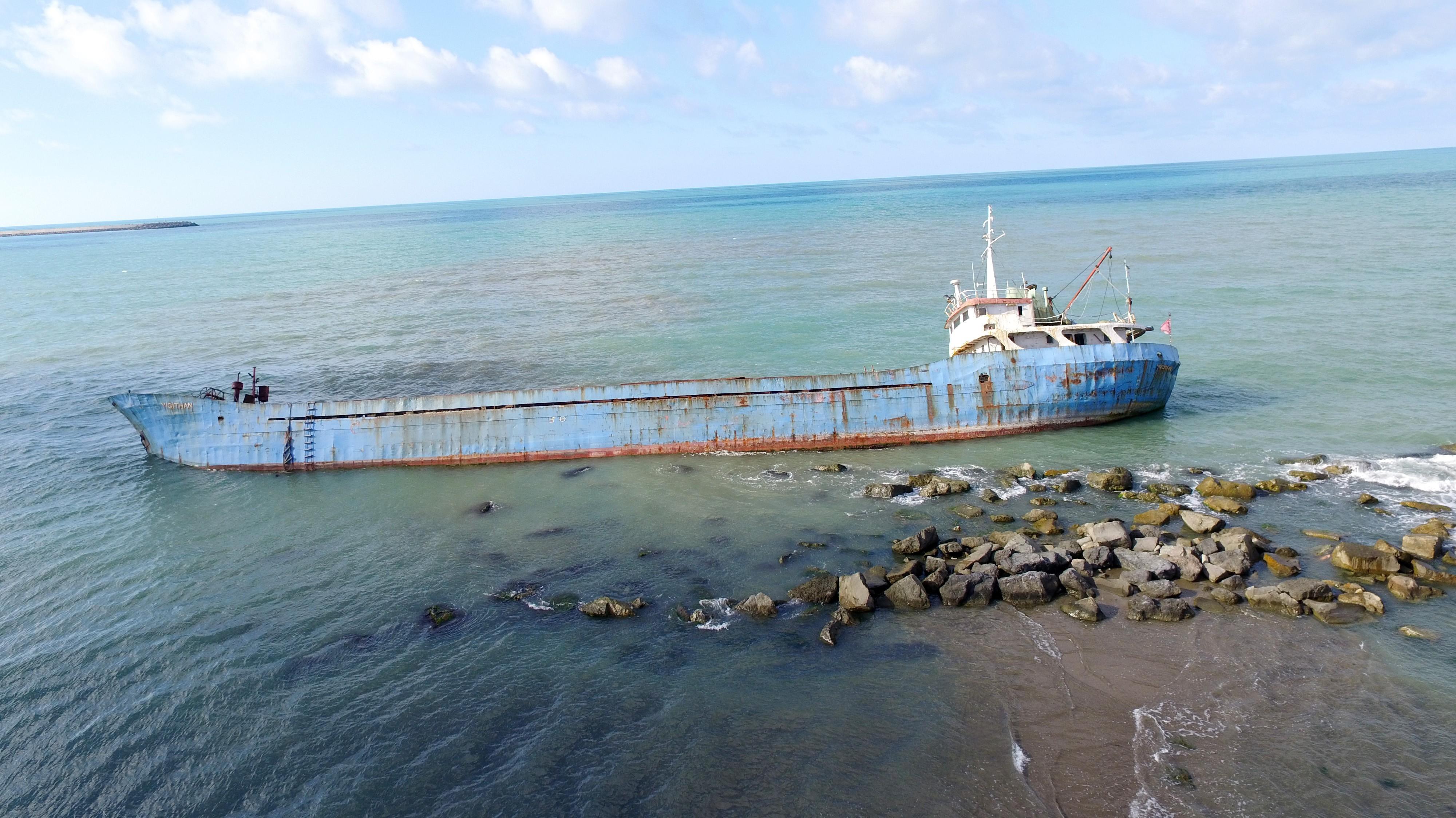 Tatilciler, karaya oturan gemiyi istemiyor!