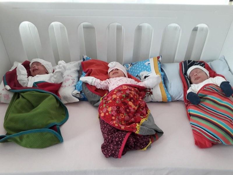 Öztürk üçüz bebekleri ziyaret etti
