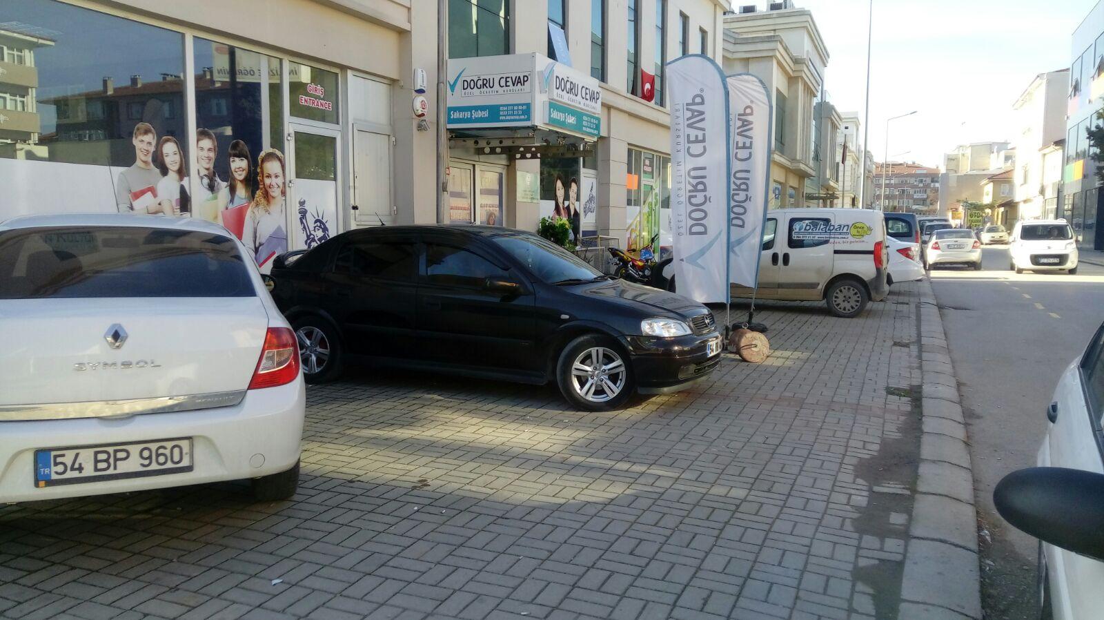 Yenicami sokağında  araç parkları  geçit vermiyor